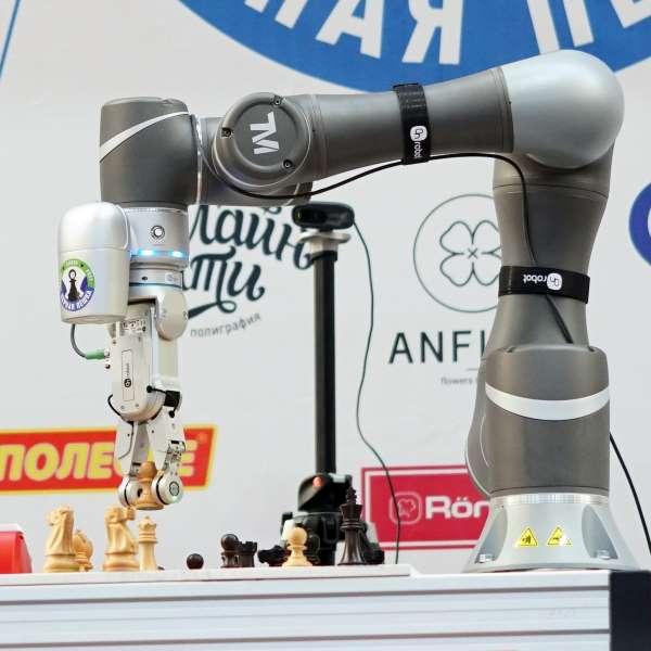 Коллаборативный шахматный робот SIA