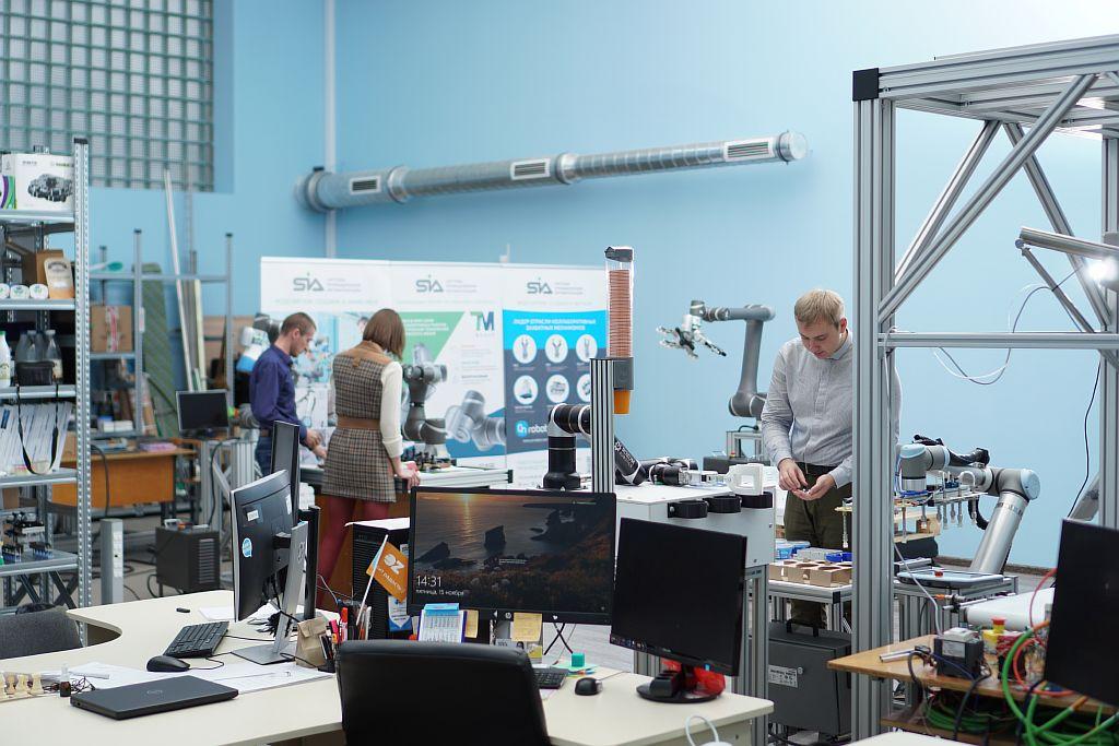 SIA Работа в лаборатории робототехники.