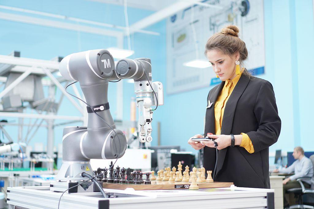 SIA. Программирование робота шахматиста в лаборатории робототехники.