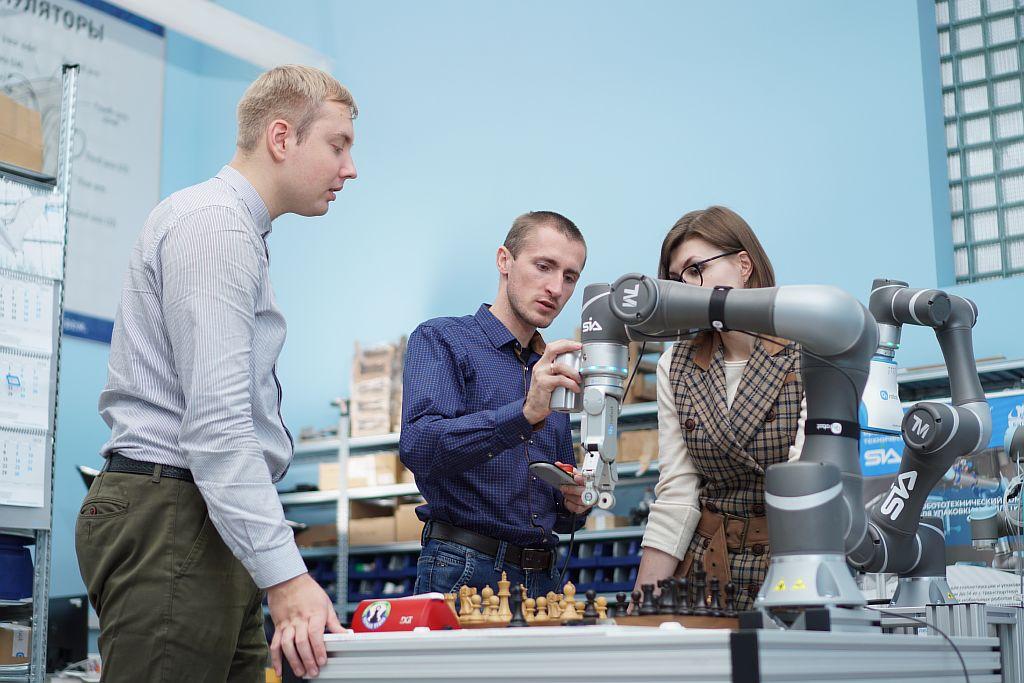 SIA. Настройка робота шахматиста в лаборатории робототехники.