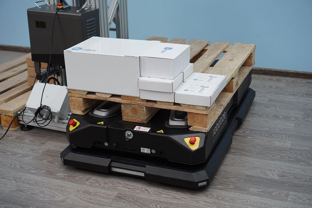 SIA. Мобильный робот Robotize в лаборатории робототехники.