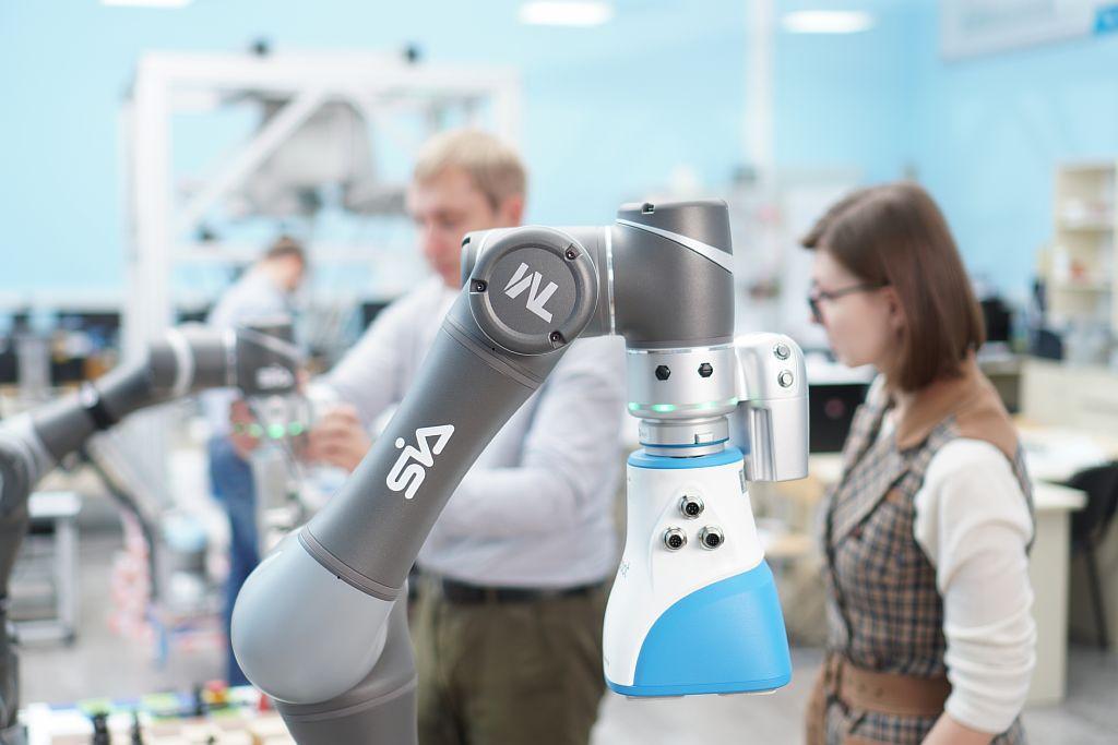 SIA. TM Robot и Gecko Gripper OnRobot в лаборатории робототехники.